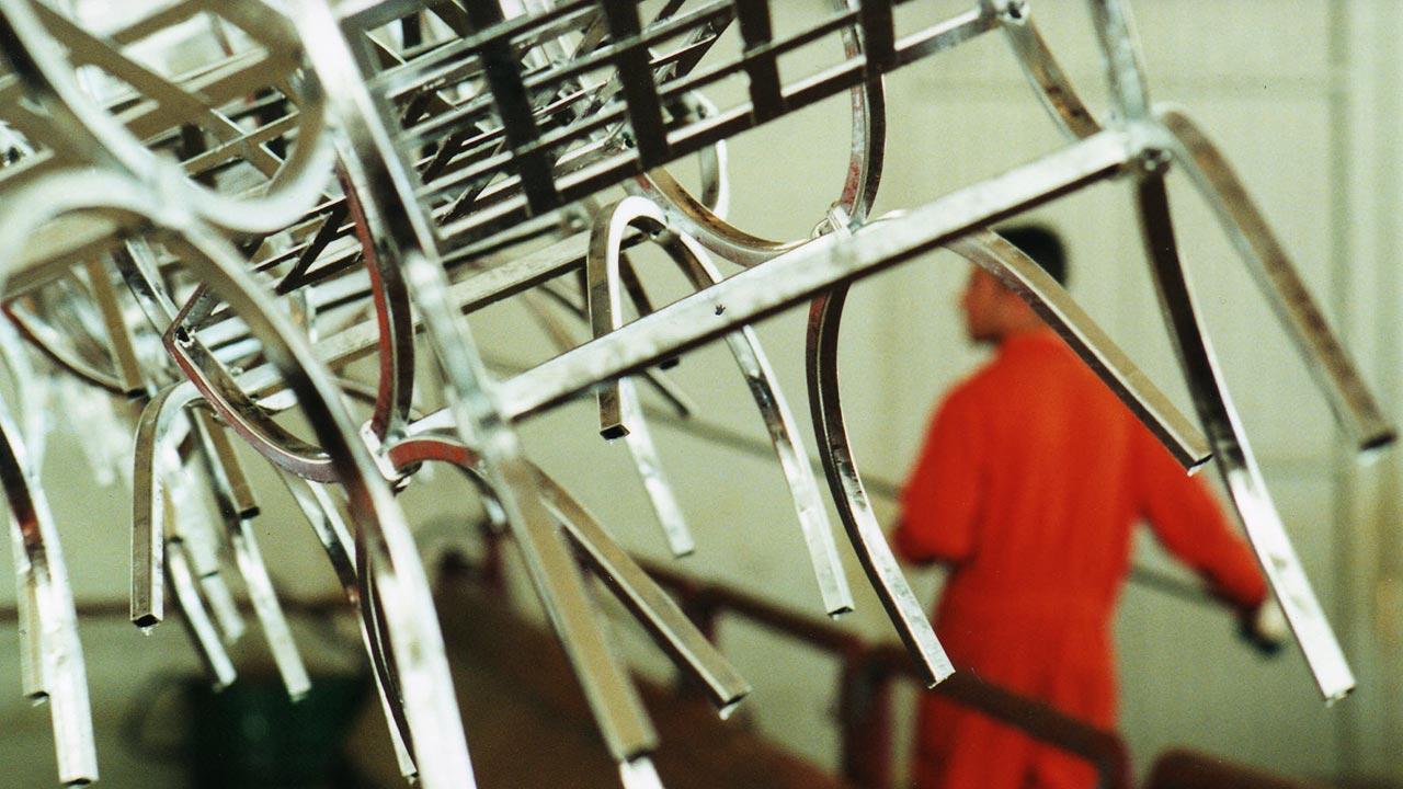 Artigiano di Gaia che esegue la zincatura a caldo - Galvanizing by Gaia Artisan