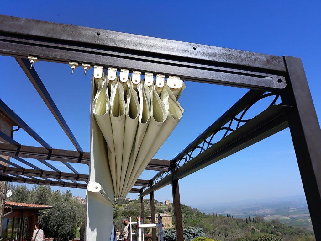 Pergola addossata Boccon Di Vino a Montalcino, dettaglio tenda - Gaia Ferro Forgiato