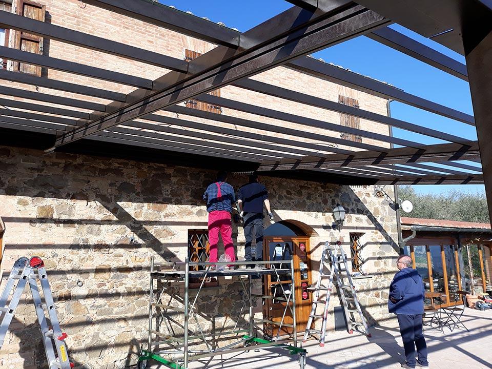 Pergola addossata Boccon Di Vino a Montalcino, installazione - Gaia Ferro Forgiato