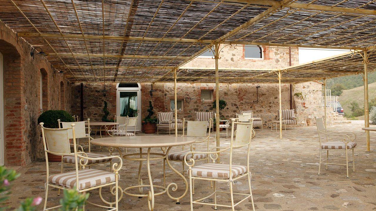 Pergola ombreggiante e arredo esterno per Dimora Santa Margherita